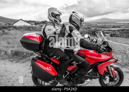 Coppia di anziani in sella potenti moto, Ducati Multistrada 1200 Foto Stock