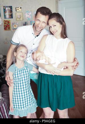 Concetto di famiglia felicità - papà,la figlia e la mamma con un newb Foto Stock