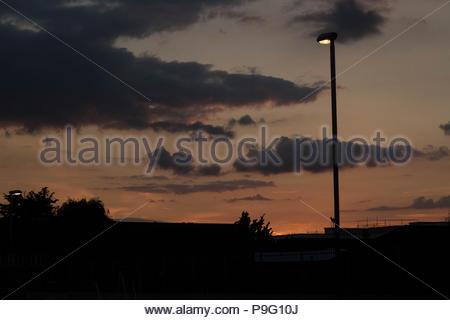 Paesaggio urbano - una città di Essex al tramonto con delicate sfumature di colore e luce visibile nel cielo. Essex, Regno Unito Foto Stock