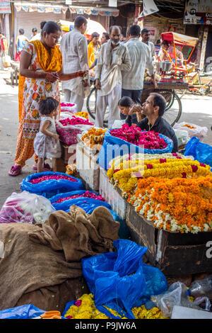 Donna indiana e piccola ragazza visitando un mercato dei fiori nella Vecchia Delhi, Delhi, India Foto Stock
