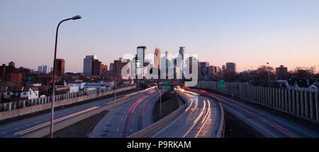 Striature di luce vengono creati dai fari anteriori e luci di posizione posteriori viaggiando le superstrade in Minneapolis Minnesota