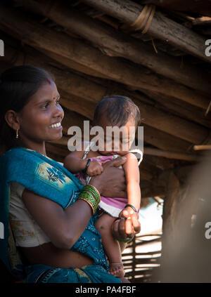 Indiano felice il bambino e la madre vivono nel villaggio di Kanha vicino al Parco Nazionale di Kanha, in India Foto Stock