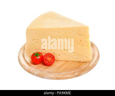 Pezzo di formaggio russo isolato su sfondo bianco con tracciato di ritaglio Foto Stock