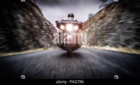 Un manipolato digitalmente immagine di un uomo su un cruiser motociclo di tipo in una valle Foto Stock