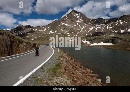 Passo Gavia (Italiano: Passo di Gavia) (el. 2621 m.) è un alto passo di montagna nelle Alpi italiane. È il decimo più alto strada lastricata nelle Alpi. Il p Foto Stock