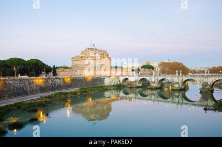 Roma, Italia - 1 Dicembre 2015: Castel Sant'Angelo, il fiume Tevere e l'AELIUS Pont (ponte) su un caldo tramonto con luci tutte intorno ed un cielo blu Foto Stock
