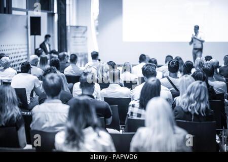 Altoparlante aziendali fornendo un discorso alla conferenza di business event. Foto Stock