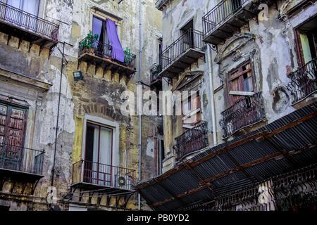Vecchie case di Palermo, Sicilia, Italia Foto Stock