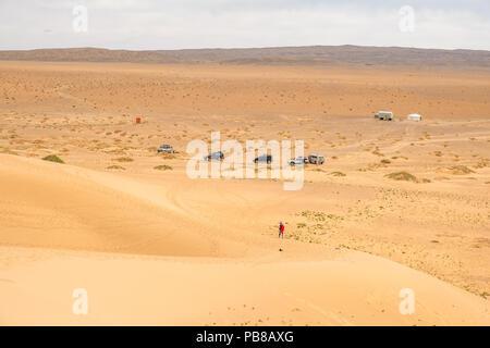 Camminando su Khongoryn Els dune di sabbia nel deserto del Gobi della Mongolia. Foto Stock
