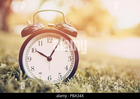 Vecchio orologio volte vintage memoria di colori come il tempo passa dal concetto Foto Stock