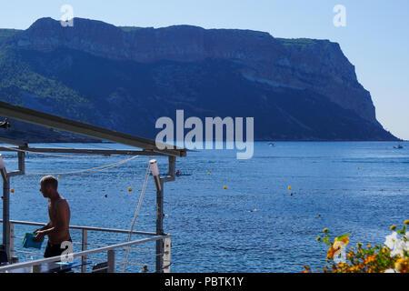 Il Capo Canaille visto da Les Bestouans Beach, Cassis, Bouches-du-Rhône, Francia Foto Stock
