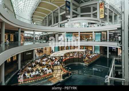 Luxury Cafe interior in Marina Bay Sands shopping mall. Singapore Foto Stock