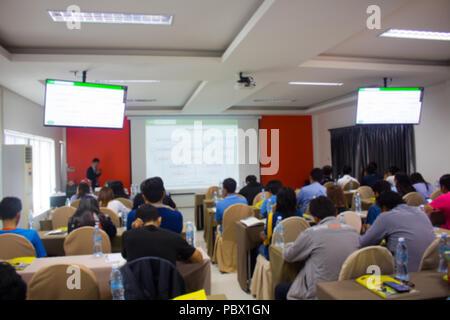 La gente seduta in sala conferenza per ascoltare la lezione Foto Stock