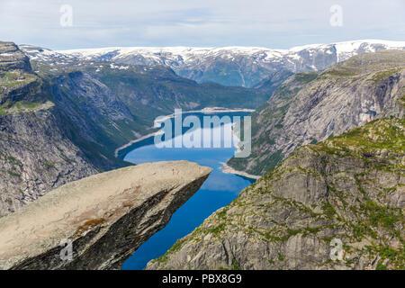 Trolltunga rock formazione è uno dei più popolari e luoghi panoramici in Norvegia Foto Stock