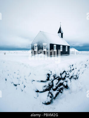 Chiesa Budir, Snaefellsnes Islanda, Europa nella neve Foto Stock
