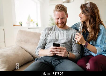 Moda giovane coppia di amanti giocando con mobile Foto Stock