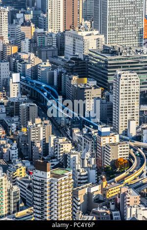 Asia Business concept per il settore immobiliare e aziendale - costruzione moderna panoramiche dello skyline della città bird eye vista aerea di Odaiba & Tokyo Metropolitan E Foto Stock