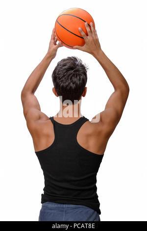 Ritratto di un giovane giocatore di basket passando la palla. Giovane ragazzo caucasico in sportswear giocare a basket su sfondo bianco con copyspace Foto Stock