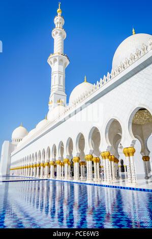 Pool di riflessione al Sheikh Zayed Grande Moschea di Abu Dhabi, Emirati arabi uniti Foto Stock