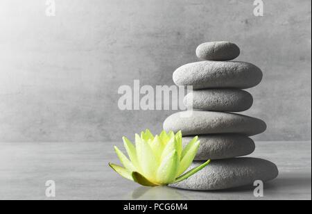 Equilibrio di pietre e fiore bianco lotus. Zen e concetto di spa. Foto Stock