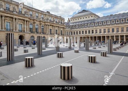 Colonnes de Buren nel Palais Royal, Parigi Francia Foto Stock