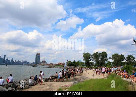 Persone in appoggio su un East River Park Beach durante Smorgasburg a Williamsburg, Brooklyn su luglio 8th, 2017 a New York, Stati Uniti d'America. (Foto di Wojciech Migda) Foto Stock