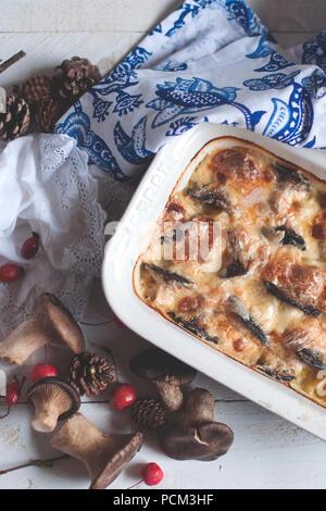 Deliziosa casseruola con funghi e formaggio, cena casalinga. Vista superiore Foto Stock