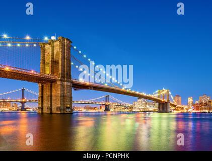 Il Ponte di Brooklyn a New York City il crepuscolo Foto Stock