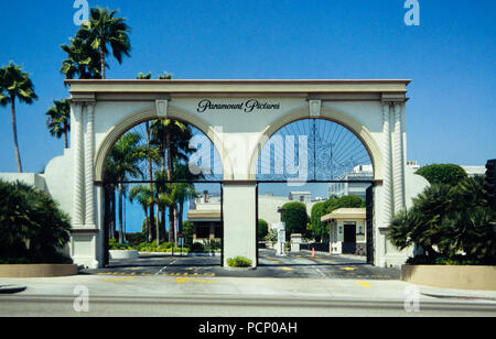 Immagine di archivio di Paramount Pictures cancello di ingresso, ex RKO Studios, 5515 Melrose Avenue, Hollywood, Los Angeles, California, USA, 1992 Foto Stock