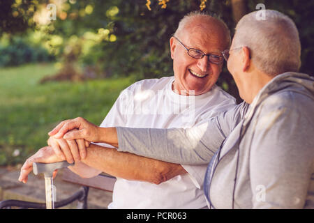 Felice insieme. Felice pensionato positivo giovane guardando ogni altro e sorridere mentre sensazione felice insieme Foto Stock
