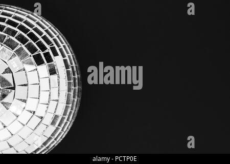 Discoteca polverosi palla in vetro isolato su sfondo nero in superficie Foto Stock