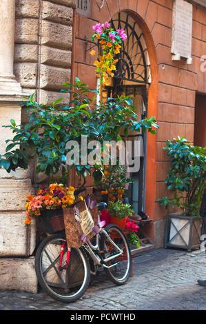 Vecchie strade d'Europa. Il decor di fiori. Italia Foto Stock