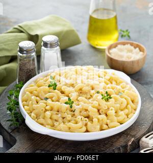 Maccheroni e formaggio su una piastra bianca Foto Stock