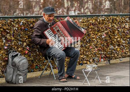 Suonatore ambulante di parigi a suonare la fisarmonica nella