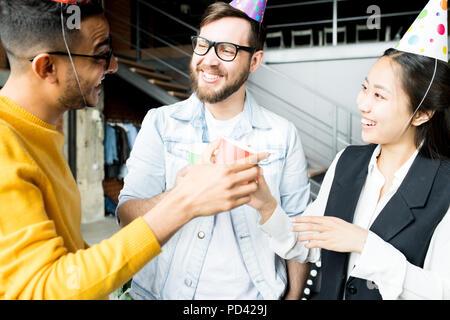 Festa di compleanno in ufficio Foto Stock