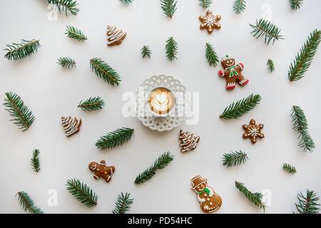 Un bicchiere di fresco cappuccino aromatizzato caffè. In prossimità del paesaggio nel Natale o Capodanno stile. Concetto di natale. Foto Stock