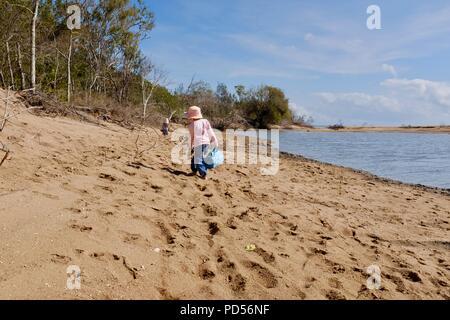 Ragazza giovane passeggiate sulla spiaggia, Toomulla QLD, Australia Foto Stock