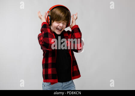 ... Ragazzo adolescente nel quartiere alla moda di clother e cuffie Foto  Stock 95483422d300
