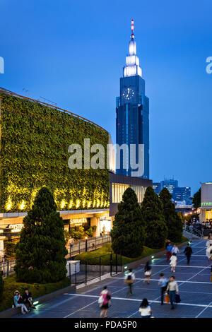 Giappone, isola di Honshu, Kanto, Tokyo, il quartiere di Shinjuku e Dokomo torre. Foto Stock