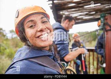 Ritratto entusiasta, fangoso giovane donna godendo di rivestimento zip Foto Stock