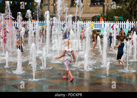 Sheffield, Yorkshire. Regno Unito Meteo. Giorno caldo e soleggiato per l'estate mare evento in città. Credito: MediaWorldImages/AlamyLiveNews. Foto Stock