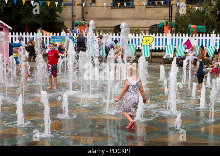 Sheffield, Yorkshire. Regno Unito Meteo. Giorno caldo e soleggiato per l'estate mare evento in città con bambini felici giocando in interactive fontane. Credito: MediaWorldImages/AlamyLiveNews. Foto Stock
