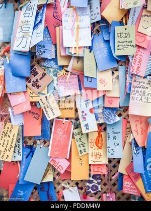 Giapponese WISHING TREE. Auguri per un buon futuro per la messa a terra e un grazie nota scritta sulla carta e origami in diverse lingue Foto Stock