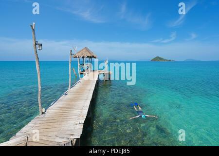 I turisti snorkel in cristallo acqua turchese vicino resort tropicale a Phuket, Tailandia. Estate, vacanze, viaggi e vacanze concetto. Foto Stock