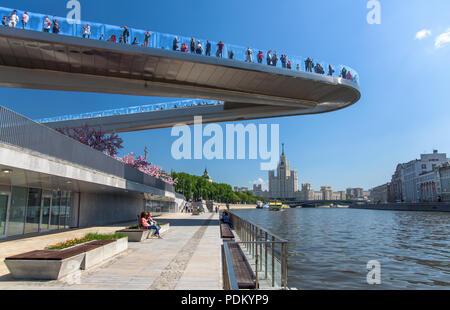 Mosca, Russia, 13 Maggio 2018: persone su un ponte galleggiante nel paesaggio park Zariadye Foto Stock