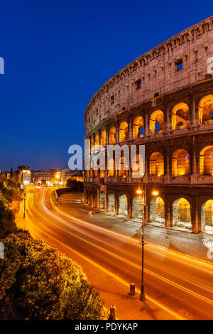 Luce di auto-sentieri di fronte al Colosseo di Roma al tramonto, Roma Lazio Italia Foto Stock