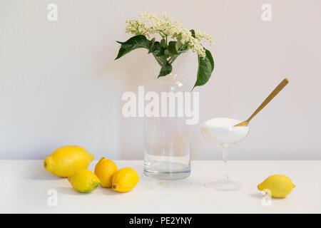 Gli ingredienti di lâ Elderflower cordial (vino, sciroppo, vini spumanti, champagne fizz) - Limoni, Zucchero e Elderflowers Foto Stock
