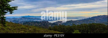 Nebbia e nuvole a laminazione intorno al tramonto a San Francisco Bay al di sopra di Sausalito in California USA Foto Stock