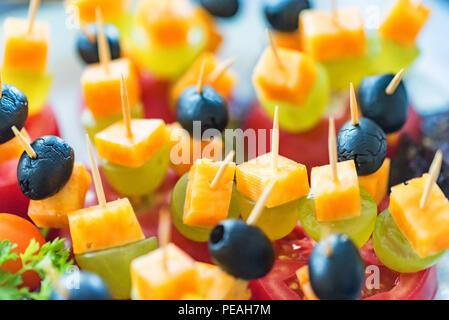 Antipasto di formaggio tagliato a cubetti, Uva e pomodoro Foto Stock