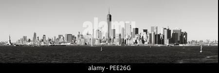 Vista panoramica in bianco e nero vista di Lower Manhattan grattacieli dal Porto di New York. La città di New York Foto Stock